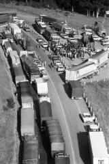 Truck drivers blockade the Hume Highway at Razorback Mountain in NSW, 4 April 1979.