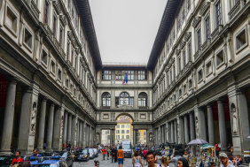 People in front of Uffizi Gallery in Florence.
