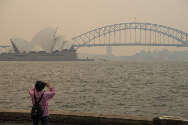'Not a good look': Bushfire smoke threatens to pollute Sydney's tourist image