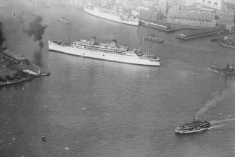 The S.S. Mariposa pictured in Sydney Harbour, circa 1935.