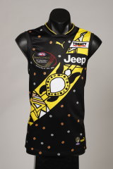 The Pukumani pole that the turtle sits on in the special guernsey represents the people of the Tiwi Islands, and the bird atop the pole is native to Tiwi.