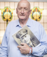 Tim Fischer with a picture of Sir John Monash in reaction to legislation calling for Monash to be posthumously promoted to the rank of field marshal, 2018.