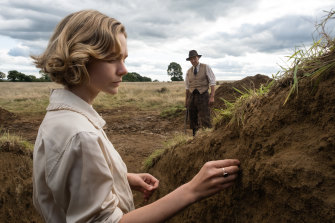 Carey Mulligan as Edith Pretty with Ralph Fiennes as Basil Brown in The Dig.