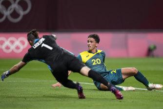 Lachlan Wells si lancia in avanti per segnare per gli Oleros contro l'Argentina.