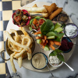 The mezze plate with dips, fried halloumi from Otto Noorba.