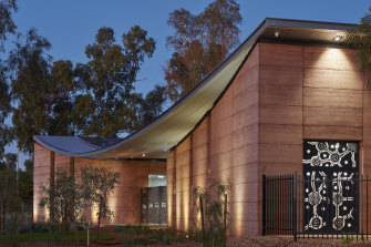 Sydney-based Kaunitz Yeung Architecture has won an award in the healthcare/hospitals category at the 2021 International Architecture Awards for their design in Newman, Western Australia.