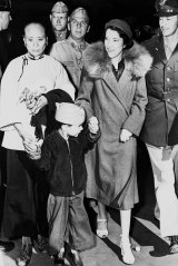 The family of US Army Chief of Staff, General Douglas MacArthur, arrive in Melbourne on 22 March 1942. Pictured are his wife Jean, son Arthur, and Arthur's Cantonese amah, Ah Cheu.