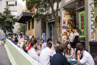 Revolusi alfresco Sydney telah menarik keramahan di luar.