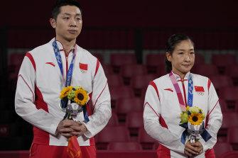 Peraih medali perak tenis meja China Xu Xin, kiri, dan Liu Shiwen yang mengatakan dia sangat menyesal.