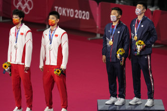 Dari kiri, peraih medali perak Li Jun Hui dan Liu Yu Chen dari China, dan peraih medali emas China Taipei Wang Chi-Lin dan Lee Yang di dias.