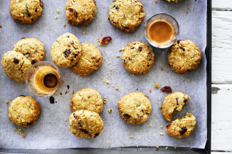 Oat and spelt biscuits with fruit and seeds.