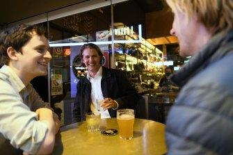 """""""Ini adalah Salib tersibuk yang pernah saya lihat dalam sebulan"""": Ed Lipman di Kings Cross Hotel pada Jumat malam."""