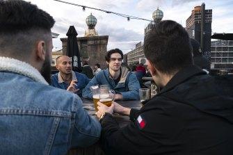 """""""Saya mencintai saudara-saudara saya, saya sudah lama tidak bertemu mereka"""": Nick Henry dan teman-temannya di atap Hotel Lansdowne."""