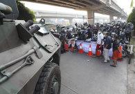 Kendaraan lapis baja diparkir Senin di sebuah pos pemeriksaan di Jakarta.