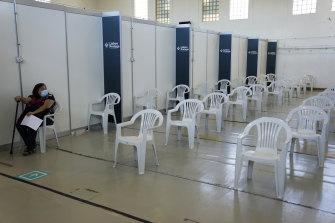Poucas pessoas faltam para a vacinação: Na semana passada, uma mulher estava sentada numa sala de espera quase vazia do Centro de Vacinação de Lisboa.
