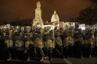 DC National Guard pada malam tanggal 6 Januari, setelah Capitol diamankan dan jam malam diberlakukan.