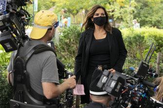 Mariska Hargitay (as Captain Olivia Benson) films a scene on Law & Order: SVU during COVID.