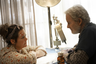 Psychiatrist-turned-vet Larry (Kevin Klein) helps Lilly (McCarthy) recover from grief in The Starling.