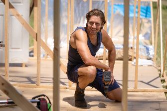 Younes as the blue-singleted tradie Tom in Doctor Doctor.