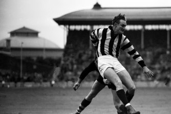 Collingwood and Richmond played some 'fierce, red-blooded football' at the SCG in 1952.