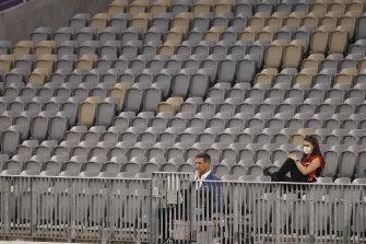 Matthew Pavlich melihat dari tribun selama pertandingan AFL babak enam antara Fremantle dan Melbourne Utara.