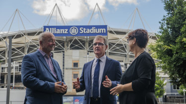Former government architect, Andrew Anderson with Labor leader Michael Daley and his deputy Penny Sharpe outside Allianz Stadium on Tuesday.