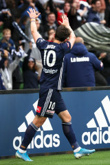 Kruse celebrates a goal with Victory fans.