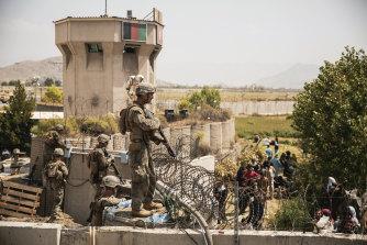 O Corpo de Fuzileiros Navais dos EUA ajudará na segurança no ponto de controle de evacuação no Aeroporto Internacional Hamid Karzai em Cabul na sexta-feira.