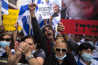 Israelis protest in support of Prime Minister Benjamin Netanyahu near the district court in Jerusalem on Sunday.