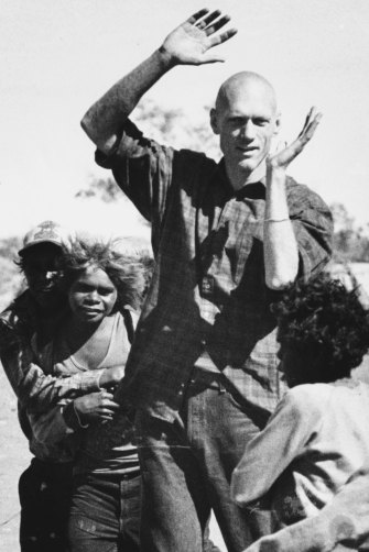 Peter Garrett with Warakurna youngsters in July 1986.