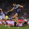 Western Bulldogs hang on in thriller against the Sydney Swans