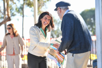 Independentcandidate Julia Banks campaigning in Mount Martha in 2019.