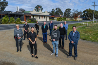 Bendigo publicans led by Ray Sharawara (second from right) want regulations to be eased.