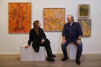 Louise Olsen (kiri) dan saudaranya Tim Olsen (kanan) dengan karya seni ibu mereka Valerie Strong.