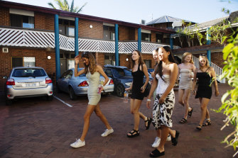 Schoolies from Freshwater Senior Campus arrive at Aquaris Backpackers.