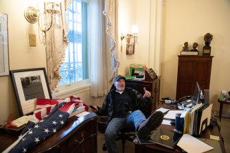 Seorang pendukung Presiden AS Donald Trump duduk di dalam kantor Ketua DPR AS Nancy Pelosi.