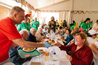 Labor leader Anthony Albanese volunteers at the Exodus Foundation in his electorate on Christmas Day, 2019.