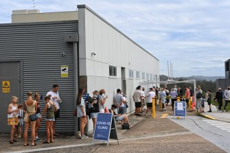 Large queues at Mona Vale's COVID-19 testing clinic after 2 cases appeared in Avalon on Wednesday.