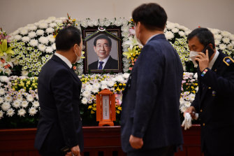 People pay tribute at a memorial for the late Seoul mayor Park Won-soon at the Seoul National University Hospital.