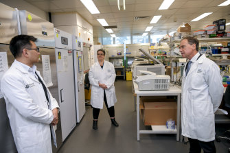 The Minister for Health, Greg Hunt, Associate Professor Mireille Lahoud and Professor Allen Cheng at the Monash Biomedicine Discovery Institute.