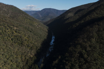 The federal environment department has been critical of the draft environment plant put forward to lift Warragamba Dam's wall, particularly the way the NSW government wants to treat biodiversity offsets.