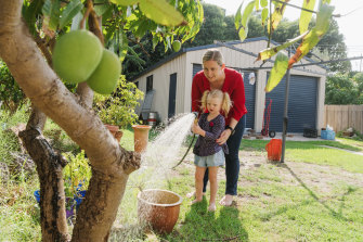 Jo Lees has full flexibility to combine work as a construction manager and care for her daughter Zoe. The family has a rainwater tank attached to the shed, which means they can use a hose despite water restrictions.
