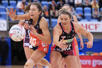 Amy Parmenter of the Giants competes for the ball with Maisie Nankivell of the Thunderbirds.
