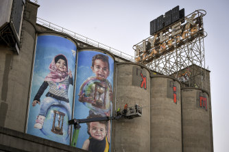 Silo art at the Nylex sign celebrates Melbourne's multiculturalism.