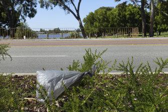 Bolsa de plástico a punto de entrar en el río Swan de Perth.
