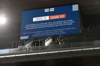 An announcement made to fans at Roland Garros.