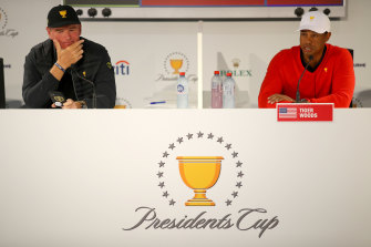 Ernie Els, left, and Tiger Woods, right, front the press.