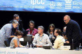 Scientists discuss sea level rise, tropical cyclone and wave climate projections as part of the IPCC process.