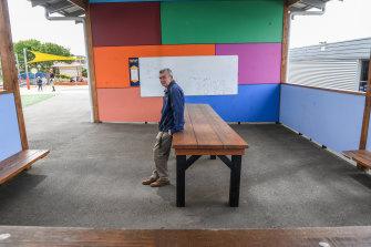Steve Mahoney, asisten kepala sekolah di Narre Warren P-12 College, di mana hampir 5000 staf, siswa dan keluarga mereka telah divaksinasi di tempat.