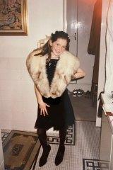 Kate, neuf ans, habillée avec des vêtements de la garde-robe de sa mère Gai.